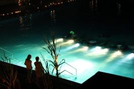 Unterwasserlichtspiele beim Nachtschwimmen im Sommerbad Stadensen